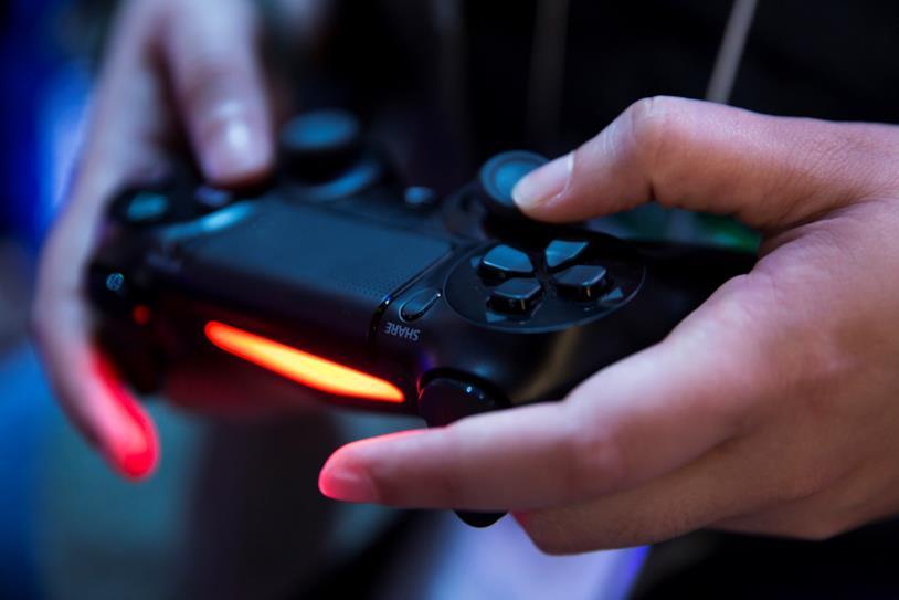 Utente gioca con PlayStation 4