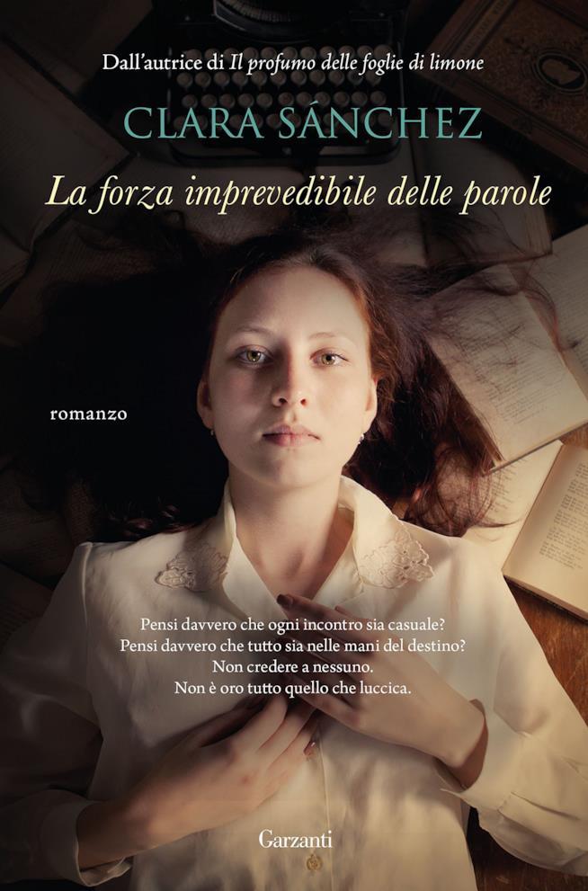 La copertina di La forza imprevedibile delle parole con una ragazza sdraiata sui libri