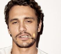 Un primo piano di James Franco con la sigaretta