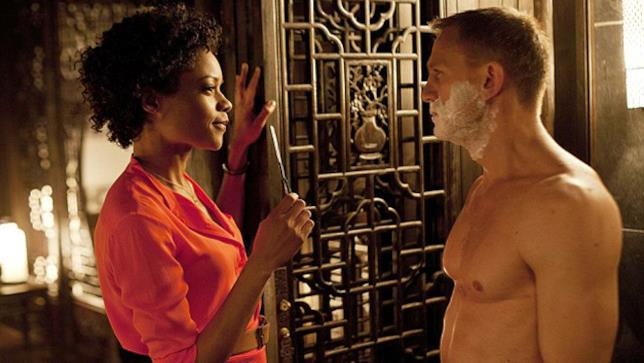 Miss Moneypenny e James Bond in Skyfall