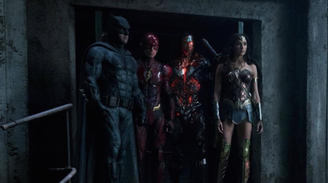 Batman, Flash, Cyborg e Wonder Woman insieme durante una scena di Justice League