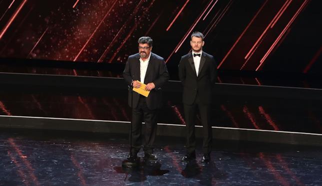 Francesco Pannofino e il conduttore Alessandro Cattelan sul palco dei David di Donatello 2016