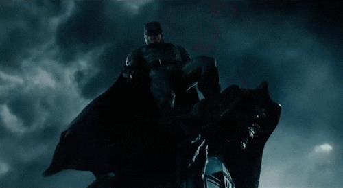 Batman su un gargoyle tra i lampi