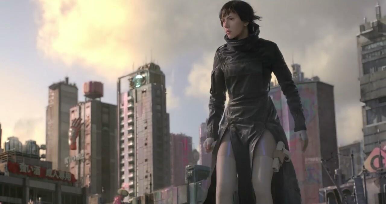 Mira in piedi con alle spalle dei grattacieli