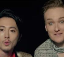 Steven Yeun e Conan O'Brien nei panni di cantanti k-pop