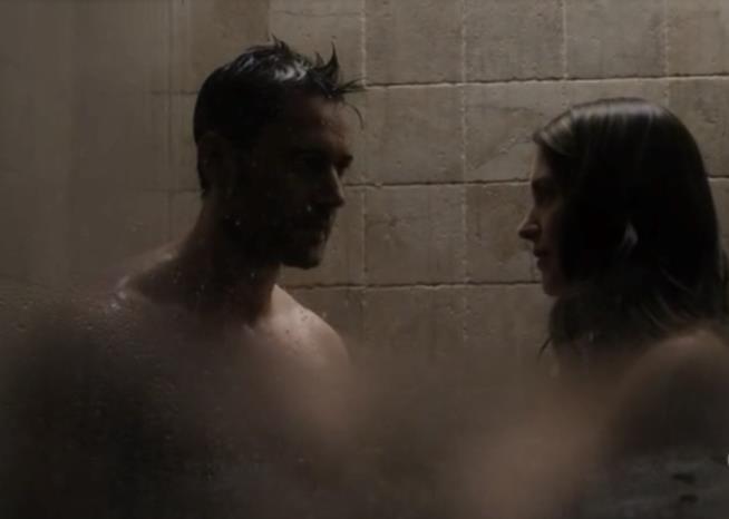 Tom e la finta moglie nella doccia in The Blacklist: Redemption 1x03