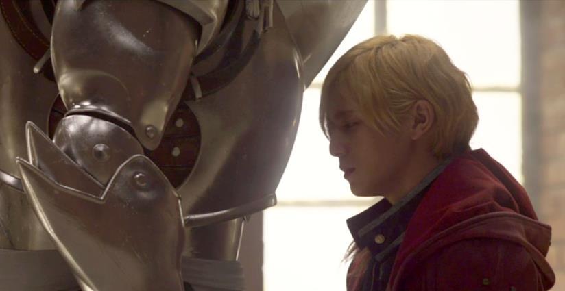 Edward si appoggia all'armatura di Alphonse