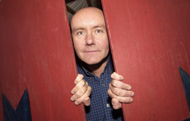 Irvine Welsh in mezzo a una porta