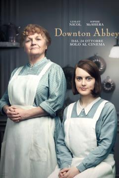 Beryl Patmore (in piedi a sinistra) e Daisy Mason (seduta a destra) in abiti da lavoro nella cucina dei Crawley