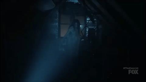 Casey nella sequenza della soffitta