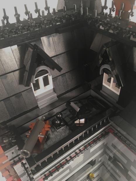 Dettagli sul terrazzo e uncannone presenti nella casa della famiglia Addams di LEGO