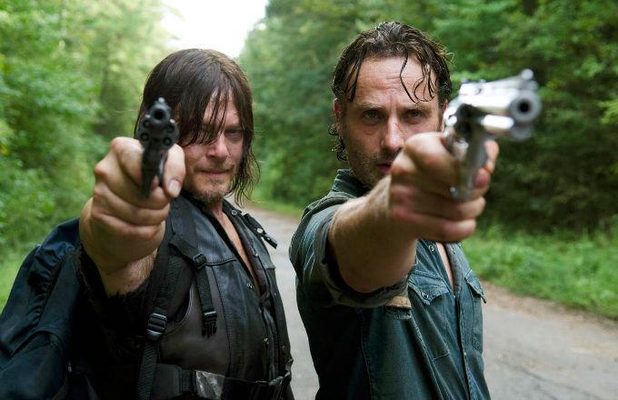 Daryl e Rick imbracciano la pistola in una scena di The Walking Dead