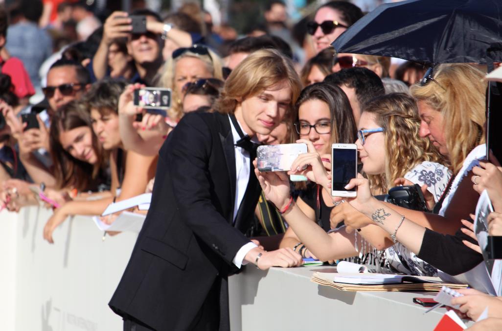 Charlie Plummer firma autografi alle fan sul red carpet di Venezia 74.