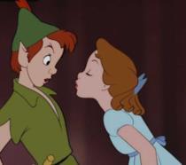 Peter Pan e Wendy mentre quest'ultima cerca di baciarlo