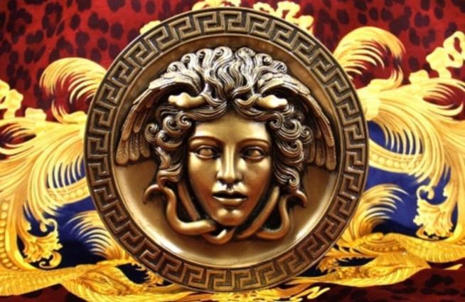 Medusa nell'iconico logo Versace