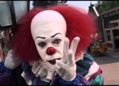 Il clown Pennywise interpretato da Tim Curry
