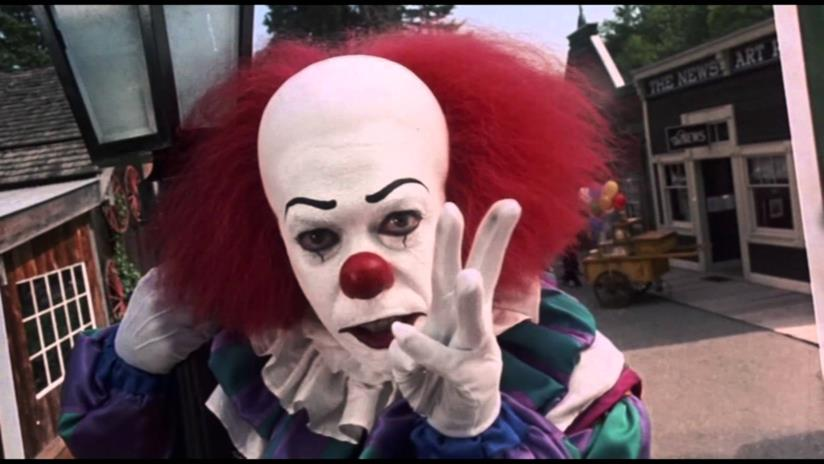 Il clown Pennywise interpretato da Tim Curry