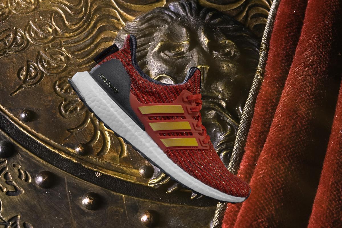 Una veduta laterale delle Adidas di Game of Thrones dedicate ai Lannister