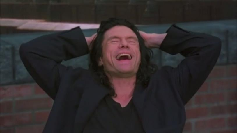 Tommy Wiseau in una scena del film The Room 2003
