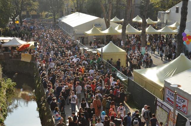 Tantissimi fan partecipano alla fiera Lucca Comics & Games