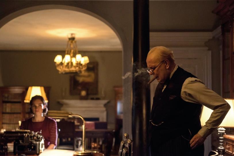 Un Winston Churchill (Gary Oldman) indeciso sulle sorti della nazione