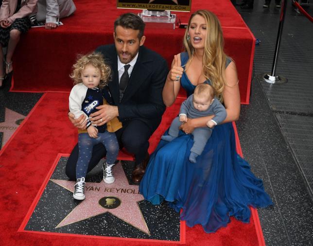 Primo piano di Ryan Reynolds e Blake Lively con le loro due figlie sulla Walk of Fame
