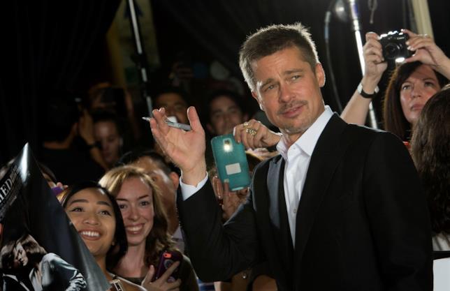 Brad Pitt sul red carpet del film Allied