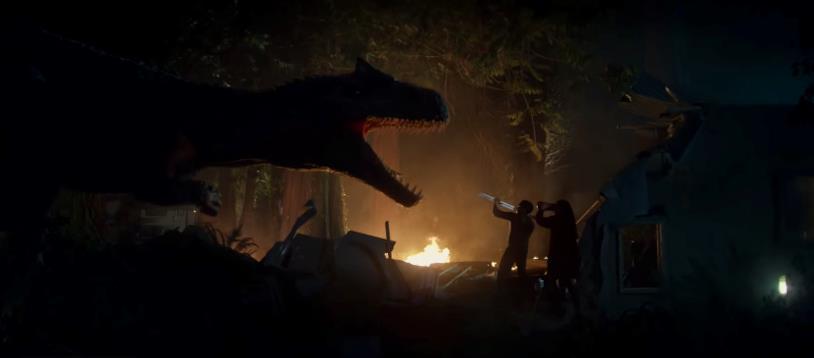 Uomini contro dinosauro in una scena notturna dal corto Battle at Big Rock di Jurassic World