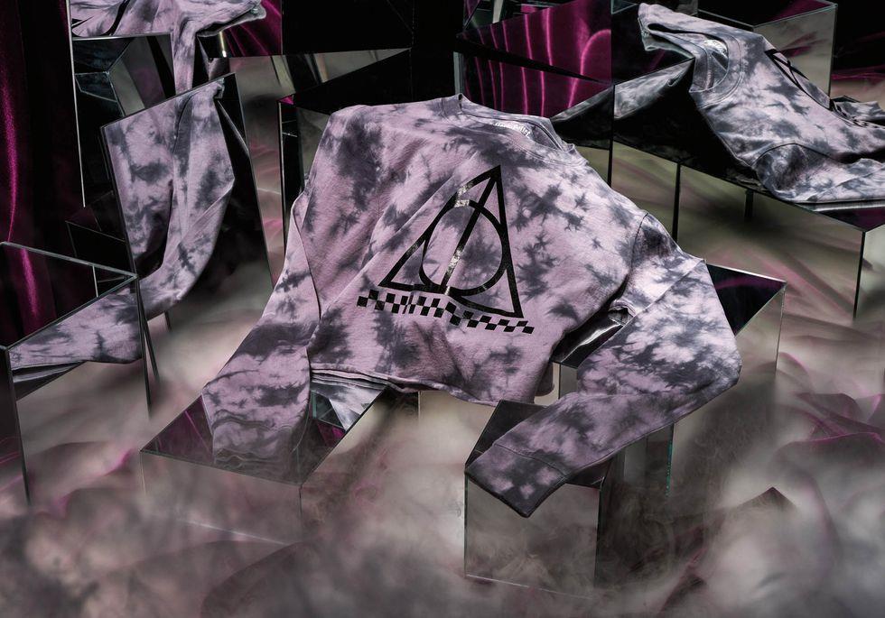 Un'immagine con una maglietta Vans dedicata ai Done della Morte