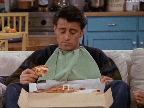 Joey Tribbiani mangia la pizza