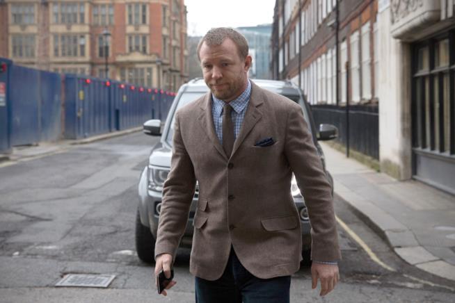 Guy Ritchie fuori dal tribunale