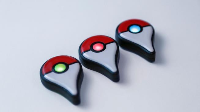 Tre Pokémon GO Plus si illuminano di colori diversi