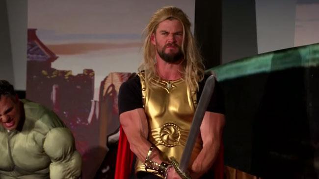 Chris Hemsworth in una parodia di Thor