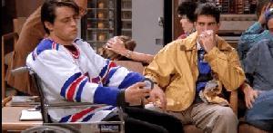 Joey finge di colpirsi alla testa con un disco da hockey