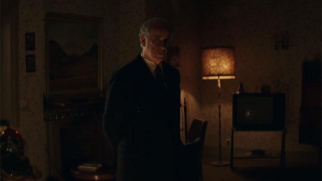 Toni Servillo nei panni dell'ispettore Vogel in una scena de La ragazza nella nebbia