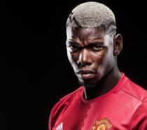 Un primo piano di Paul Pogba con la maglia del Manchester United