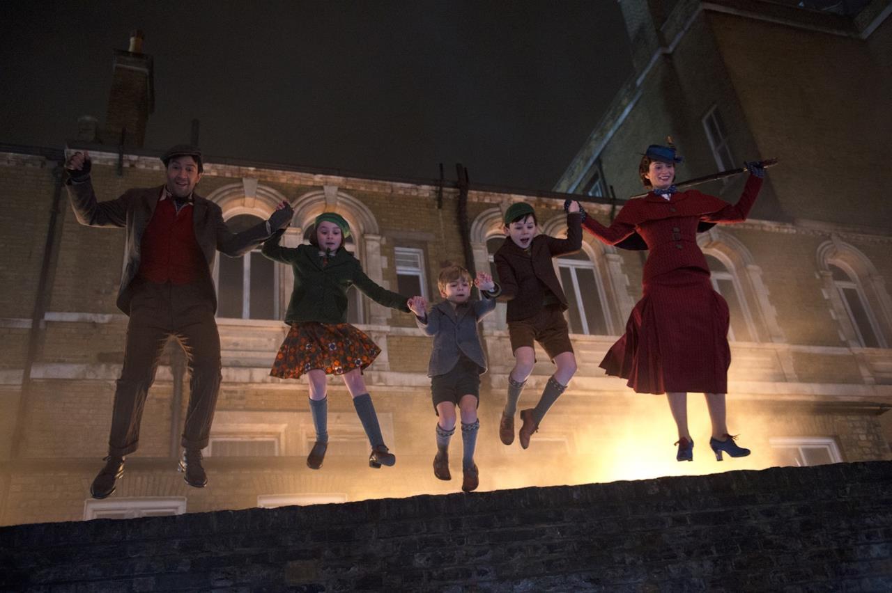 I protagonisti di Il ritorno di Mary Poppins saltano da un muro