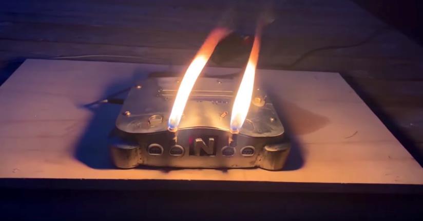 La Nintendo 64 infuocata in azione in un frame del video