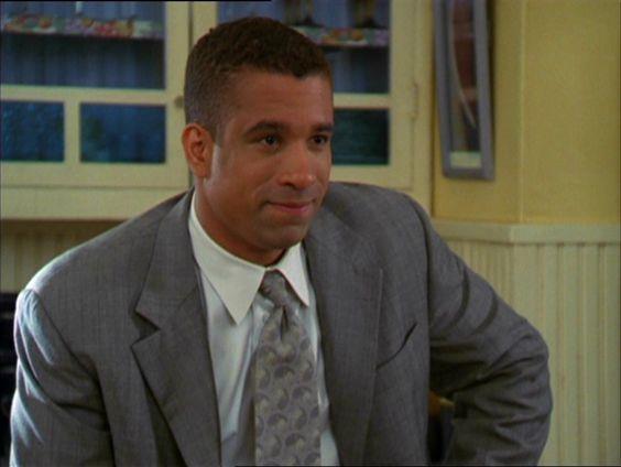 Darryl Morris in giacca e cravatta che sorride