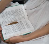 Libro aperto con foglia segnalibro