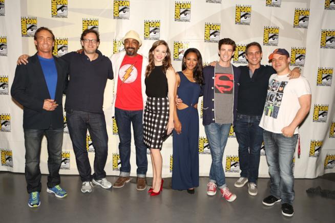 Andrew Kreisberg con il cast della serie The Flash