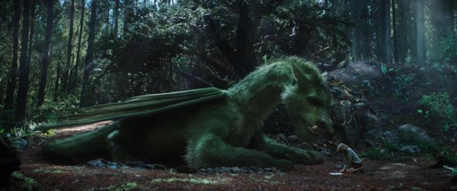 Elliott e Pete insieme nel bosco in una scena del film
