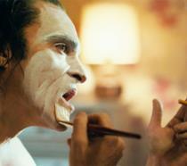 Un primo piano di Joaquin Phoenix sul set di Joker