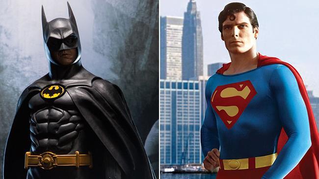 Michael Keaton nei panni di Batman (1992) e Christopher Reeve in quelli di Superman (1978)