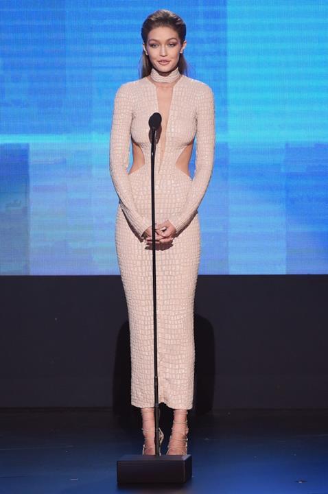 Gigi Hadid e uno degli outfit sul palco degli American Music Awards