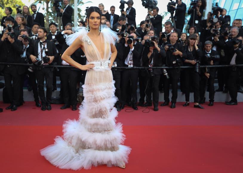 L'abito trasparente in tulle bianco di Kendall Jenner