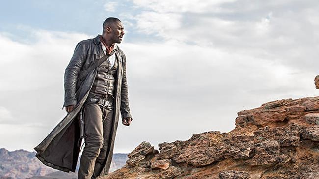 Idris Elba guarda l'orizzonte indossando i panni consunti del Pistolero