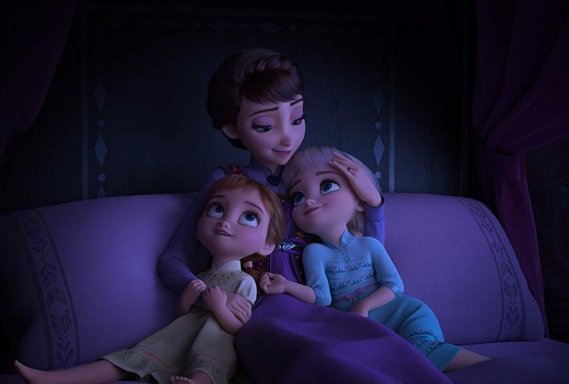 Anna ed Elsa da piccole con la loro madre