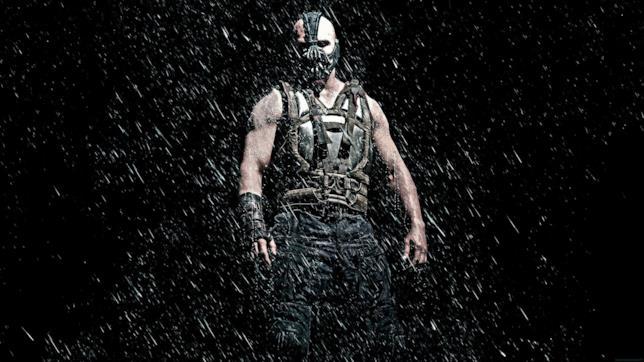 Il mastodontico Bane di Tom Hardy si prepara a spezzare il Cavaliere Oscuro