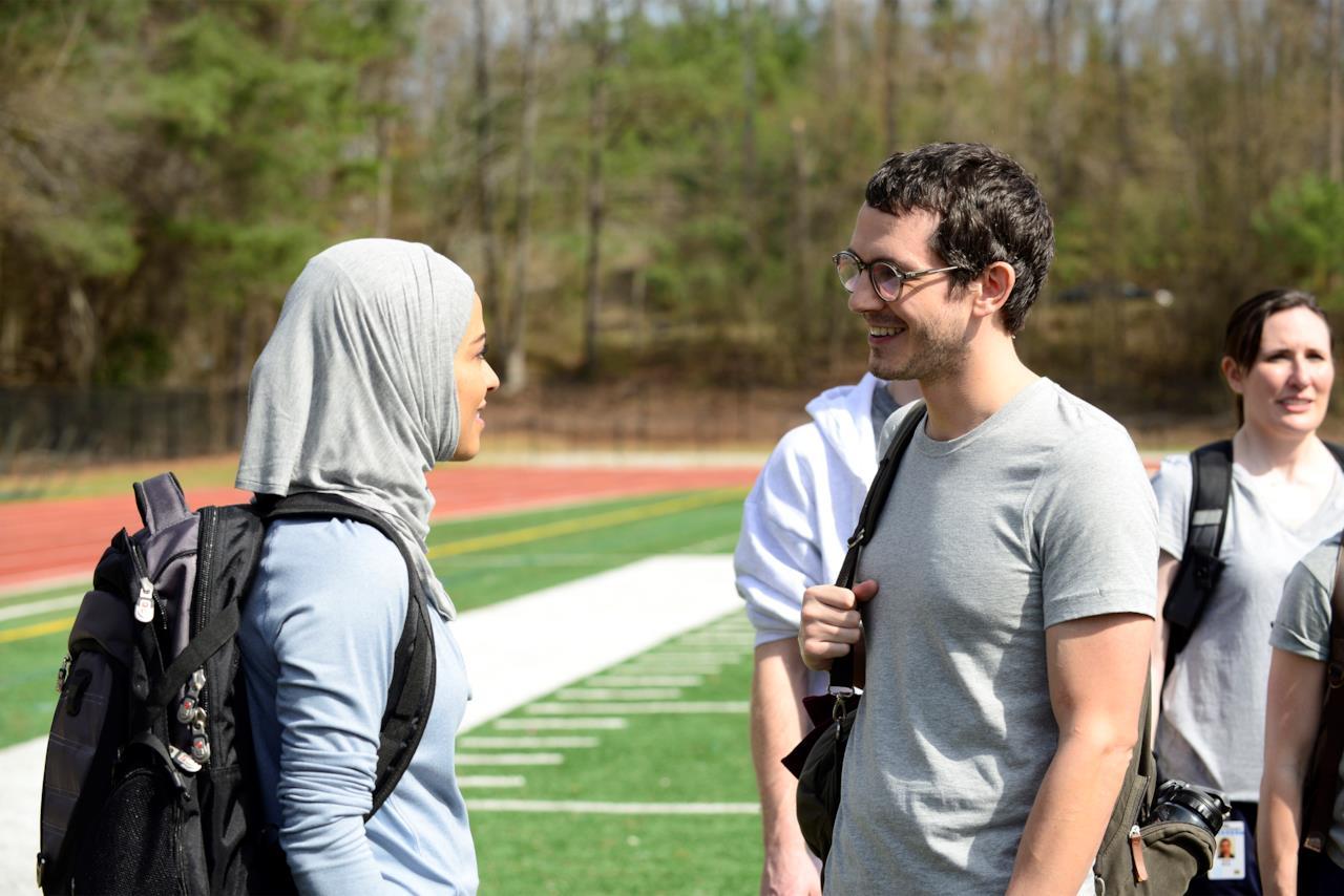 Simon Asher e Nimah Amin durante una conversazione a Quantico